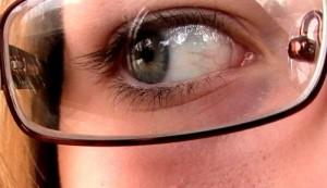 Fényre sötétedő szemüveglencse
